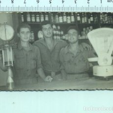 Militaria: FOTOGRAFIA MILITAR. SOLDADOS EN LA CANTINA O TIENDA 1955. Lote 211605407