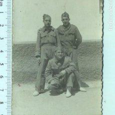 Militaria: FOTOGRAFÍA RECUERDO DE LA MILI. SOLDADOS CON ALPARGATAS Y GORRILLO. Lote 211610197