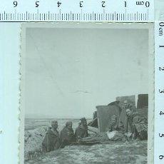 Militaria: FOTOGRAFÍA MILITARES, UNO HACIÉNDOSE EL MUERTO Y LUGAREÑOS DE MELILLA. Lote 211610945