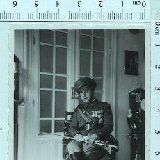 Militaria: FOTOGRAFÍA MILITAR CONDECORADO CON BOTAS Y SABLE.. Lote 211611411