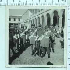 Militaria: FOTOGRAFÍA MILITAR. SOLDADOS GASTADORES DE ARTILLERÍA CON CASCO. Lote 211612291