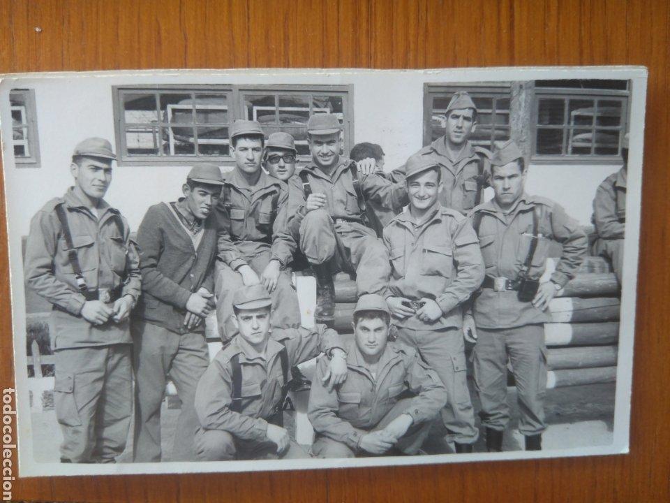 AÑO 1970, ALICANTE? GRUPO DE SOLDADOS DE DESCANSO (Militar - Fotografía Militar - Otros)
