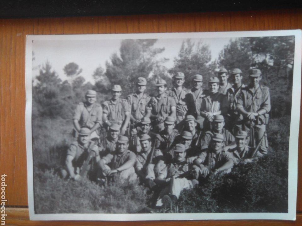GRUPO DE SOLDADOS MANIOBRAS AÑOS 70 ALICANTE? 11*15 CM (Militar - Fotografía Militar - Otros)