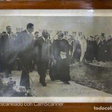 Militaria: FOTOGRAFIA ENMARCADA DE FRANCO ACOMPAÑADO DE ALCALDE, SACERDOTE Y SEQUITO. PTO SANTA MARIA, 1962.. Lote 211973630