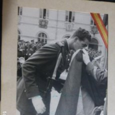 Militaria: JURA DE BANDERA DE JUAN CARLOS I ZARAGOZA 1955 MARIN CHIVITE FOTOGRAFO CON FIRMA AUTOGRAFA DEDICADA. Lote 212335803
