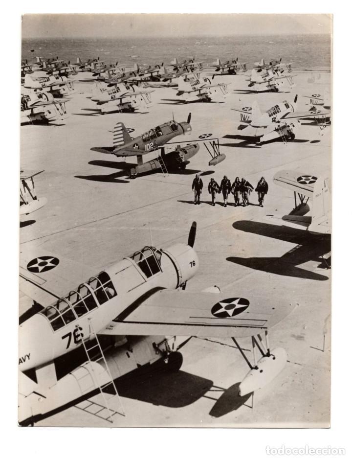 AVIACIÓN.- ALAS DE GUERRA EN REPOSO. PILOTOS CRUZAN LA ENORME RAMPA EN CORPUS CHRISTI. 11X14. (Militar - Fotografía Militar - II Guerra Mundial)