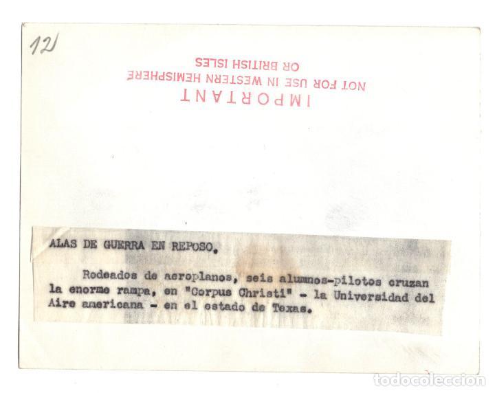 Militaria: AVIACIÓN.- ALAS DE GUERRA EN REPOSO. PILOTOS CRUZAN LA ENORME RAMPA EN CORPUS CHRISTI. 11X14. - Foto 2 - 212410561