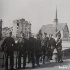 Militaria: SOLDADOS DE LA WEHRMACHT JUNTO AL GROENEREI O MUELLE VERDE EN BRUJAS -BELGICA.III REICH.AÑOS 1942-44. Lote 213096743