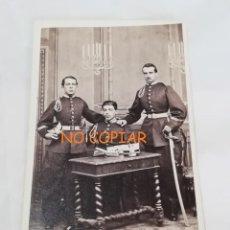 Militaria: FOTOGRAFIA ALBUMINA TIPO CDV DE MILITARES DE CABALLERIA. , GORRO ROS, GRAN SABLE, FOTOGRAFO PICA GRO. Lote 213819080