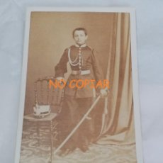 Militaria: FOTOGRAFIA ALBUMINA TIPO CDV DE JOVEN CADETE DE CABALLERIA, GORRO ROS, GRAN SABLE, FOTOGRAFO PICA GR. Lote 213819365