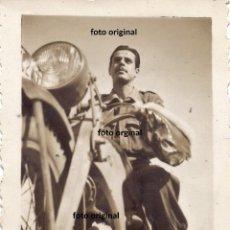 Militaria: SOLDADO SUBIDO MOTO EPOCA GUERRA CIVIL FRENTE TERUEL. Lote 215982167