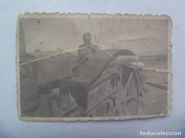 GUERRA CIVIL : PEQUEÑA FOTO DE MILITAR EN UN TRACTOR O SIMILAR (Militar - Fotografía Militar - Guerra Civil Española)
