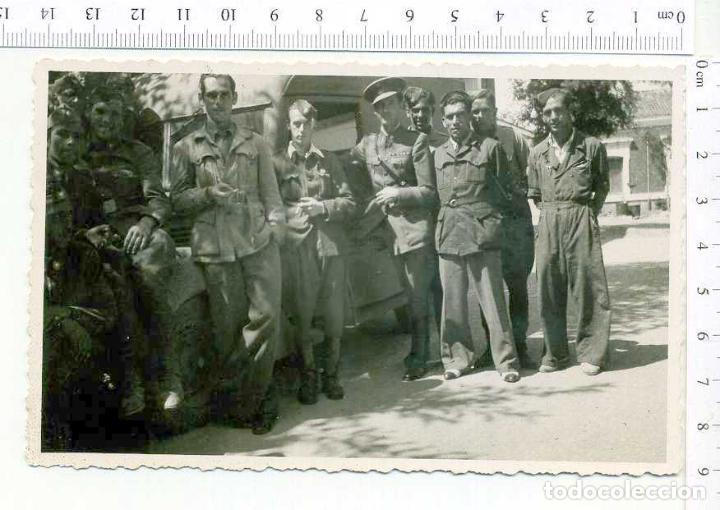 FOTOGRAFIA . GRUPO DE MILITARES Y VEHICULO , GUERRA CIVIL O POSGUERRA CASA ESCUDER (Militar - Fotografía Militar - Otros)