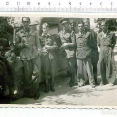 Militaria: FOTOGRAFIA . GRUPO DE MILITARES Y VEHICULO , GUERRA CIVIL O POSGUERRA CASA ESCUDER. Lote 218315948
