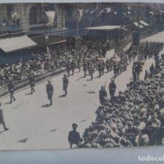 Militaria: GRAN FOTO DE DESFILE DE TROPAS DE REGULARES DE ALHUCEMAS Nº 5, COMPAÑIA DE ESTINOS. MELILLA, 1960.. Lote 218545550