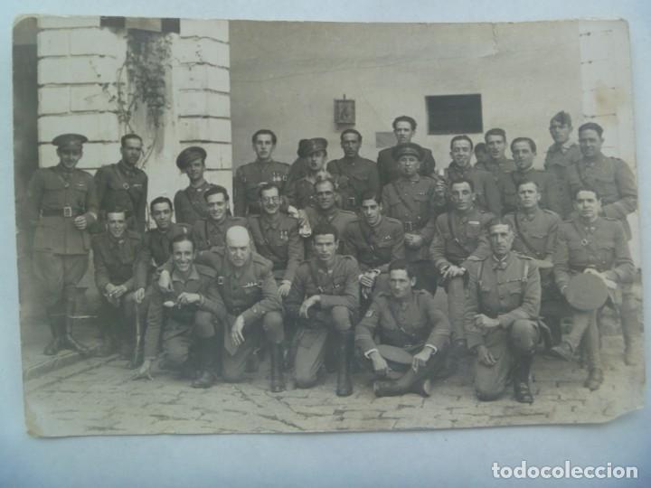 POST GUERRA CIVIL : FOTO MILITARES VETERANOS, PARCHE EJERCITO DEL SUR. DE OLMEDO, SEVILLA. 12 X 18 (Militar - Fotografía Militar - Guerra Civil Española)
