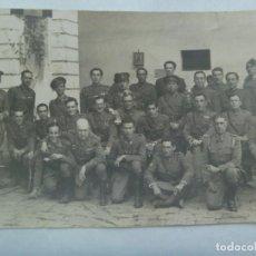 Militaria: POST GUERRA CIVIL : FOTO MILITARES VETERANOS, PARCHE EJERCITO DEL SUR. DE OLMEDO, SEVILLA. 12 X 18. Lote 218583587