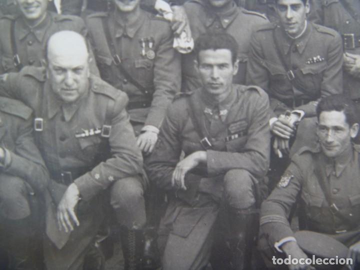 Militaria: POST GUERRA CIVIL : FOTO MILITARES VETERANOS, PARCHE EJERCITO DEL SUR. DE OLMEDO, SEVILLA. 12 X 18 - Foto 2 - 218583587