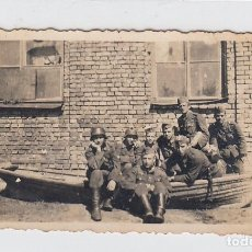 Militaria: FOTOGRAFÍA DE SOLDADOS DE LA DIVISIÓN AZUL EN RUSIA. FECHADA EN 1943. TAMAÑO: 83 X 58 MM.. Lote 218593358