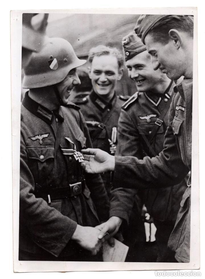 FELICITAN A UN CAMARADA POR SER EL PRIMERO EN RECIBIR LA CRUZ DE HIERRO. 18X13. (Militar - Fotografía Militar - II Guerra Mundial)