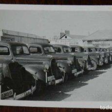 Militaria: FOTOGRAFIA DEL PATIO INTERIOR DEL CUARTEL AUTOMOVILES DE ALICANTE AÑO 1942, SECCION DE TRANSPORTES,. Lote 218936395