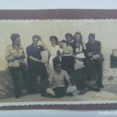 Militaria: GUERRA CIVIL : FOTO DE MILITARES Y MILICIANOS CON SEÑORITAS EN UN CASTILLO ( CREO QUE TARIFA ). Lote 218939111