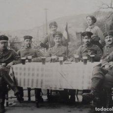 Militaria: SOLDADOS IMPERIALES ALEMANES CONDECORADOS TOMANDO CERVEZAS. II REICH. FECHA 7. 3.1917. Lote 219247210
