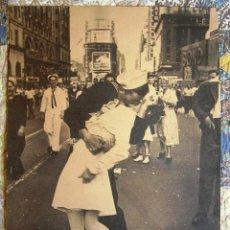 Militaria: CARTEL POSTER RETRO - FOTO EL BESO DEL FIN DE LA II GUERRA MUNDIAL EN TIMES SQUARE NUEVA YORK. Lote 219279105
