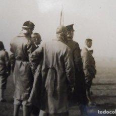 Militaria: PILOTOS LUFTWAFFE VIENDO EVOLUCIONES Y ATERRIZAJES. NEUSTADT-BAVIERA. III REICH. AÑOS 1939-45. Lote 219309115