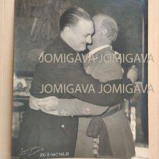 Militaria: FOTO FRANCISCO FRANCO EN ABRAZO CON FERNANDO MARIA CASTIELLA.1952. DIVISIÓN AZUL. CAMPUA 30 X 24. Lote 219413110