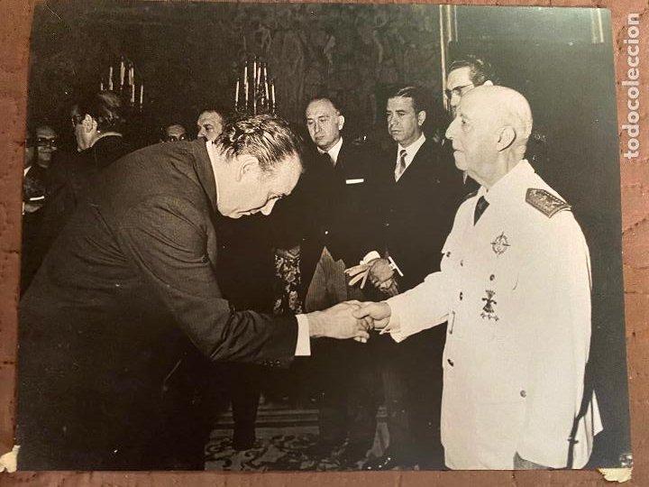 FOTOGRAFIA DEL CAUDILLO FRANCISCO FRANCO CON LA CRUZ LAUREADA DE SAN FERNANDO, JERARCAS DE FALANGE (Militar - Fotografía Militar - Guerra Civil Española)
