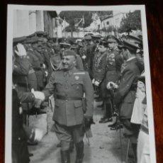 Militaria: FOTOGRAFIA DE FRANCISCO FRANCO, EL 4 DE OCTUBRE 1942, EN EL PARDO, DURANTE SU FIESTA ONOMASTICA, S. Lote 220282766