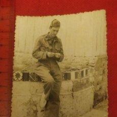 Militaria: FOTOGRAFÍA MILITAR LIANDO PITILLO EN MELILLA AÑOS 50. Lote 221722568