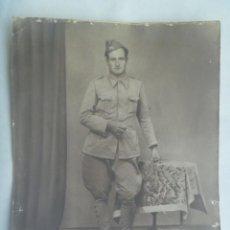 Militaria: GUERRA CIVIL : GRAN FOTO DE MILITAR DE INFANTERIA CON PANTALON DE GRANADERO .......... 24 X 30 CM. Lote 221913031