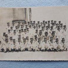 Militaria: FOTOGRAFÍA ANTIGUA DE MILITARES DE MARINA. SAN FERNANDO. CÁDIZ. AÑO 1950.. Lote 222580027