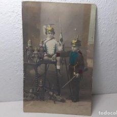 Militaria: ANTIGUA FOTOGRAFIA TARJETA POSTAL MILITAR - NIÑOS UNIFORMES CABALLERIA LANCERO JUGUETES AÑO 1917. Lote 222623325
