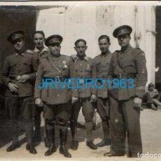 Militaria: ANTIGUA FOTOGRAFIA, MILITARES EN PATIO DE CUARTEL, 80X60MM. Lote 222867422