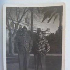 Militaria: GUERRA CIVIL : FOTO DE DOS MILICIANOS, CON CHUPA DE CUADRITO, ETC. PARECEN ROJOS REPUBLICA. Lote 222935023