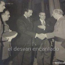 Militaria: BRANGULI. FOTO 24 X 17 CTM. AUDENCIA CAUDILLO CON OFICIALES REQUETÉS. BARCELONA 1957. Lote 223671820