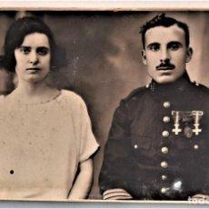 Militaria: MILITAR CONDECORADO CON SU PAREJA - TRES CONDECORACIONES - AÑO 1925 - FOTÓGRAFO E. VILA - JÁTIVA. Lote 223709405