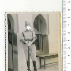 Militaria: FOTOGRAFÍA DE LA MILI SOLDADO CON FUSIL DE REGULARES ? .- MILITAR. Lote 224670457
