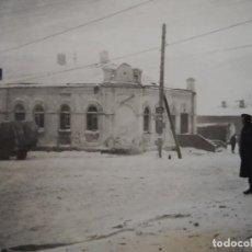 Militaria: SOLDADOS DE LA WEHRMACHT CON FUSILES K-98 Y CAMIONES EN CIUDAD NEVADA. RUSIA. AÑOS 1939-45. Lote 230180180