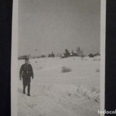 Militaria: SUBOFICIAL DE LA WEHRMACHT ANDANDO POR LA NIEVE EN RUSIA. MARZO 1944. Lote 230722985