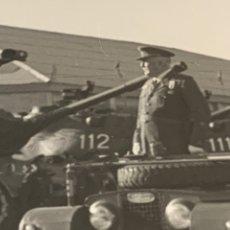 Militaria: FOTOGRAFÍA GENERAL PASANDO REVISTA UNIDAD TANQUE CUARTEL DE BADAJOZ AÑOS 70. Lote 231266045