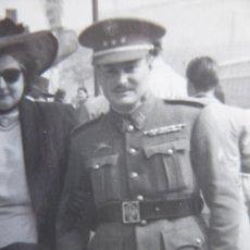 Militaria: FOTOGRAFÍA CAPITÁN DEL EJÉRCITO ESPAÑOL. EMBLEMA ESPECIALISTA CARROS DE COMBATE. Lote 233124510