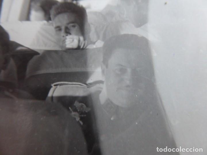 FOTOGRAFÍA CAPITÁN DEL EJÉRCITO ESPAÑOL. EMBLEMA ESPECIALISTA CARROS DE COMBATE (Militar - Fotografía Militar - Otros)