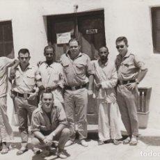 Militaria: FANTÁSTICA FOTOGRAFÍA. SAHARAUIS CON MILITARES DEL EJERCITO ESPAÑOL. SAHARA. 70S QZ. Lote 234350390