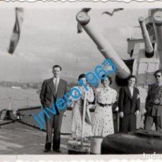 Militaria: 1939, LAS ARENAS, BILBAO, TENIENTE A BORDO DE UN CRUCERO, ANGULO DE HERIDO, COLECTIVA,58X88MM. Lote 235236495