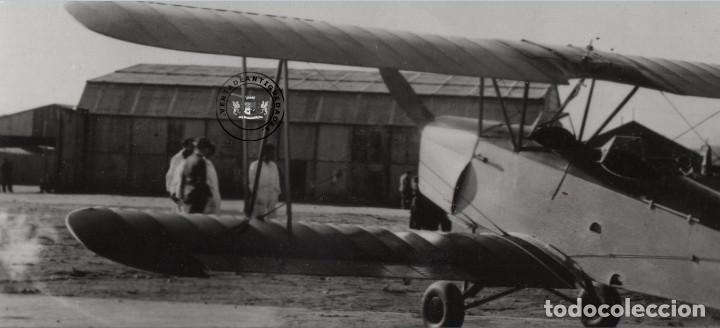 Militaria: FOTOGRAFIA ANTIGUA, AVION HISPANO SUIZO E-34 DE LA GUERRA CIVIL EN AERODROMO - Foto 2 - 235359520