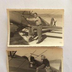 Militaria: 2 FOTOGRAFÍA AVIÓN, AVIONETA BUGUER EE.352.32.40 Y PILOTO. BASE AÉREA MANISES, VALENCIA, 1951. Lote 235830320